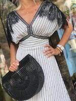 Дълга бяла рокля с черна дантела