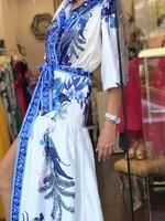 Дълга рокля със син десен.