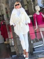 Кашмирена жилетка в бяло с яка от естествен косъм