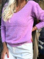Пуловер с остро деколте в лилаво
