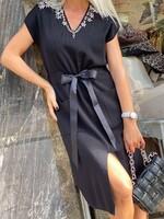 Черна рокля с панделка и камъни