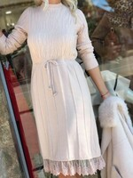 Бежова рокля с дантела