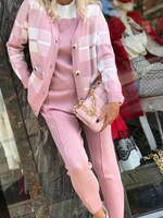 Комплект в розово от три части с карирана жилетка