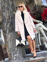 Палто в бежово с яка и джобове от естествен косъм