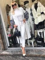 Палто в бяло с ръкави от естествен косъм