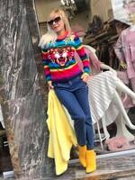 Цветен пуловер с апликация