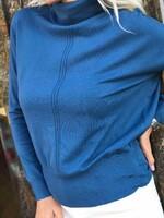 Кашмирено поло със свободен силует в тъмно синьо