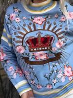 Пуловер в светло синьо с корона