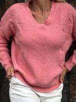 Свободен пуловер с остро деколте в розово