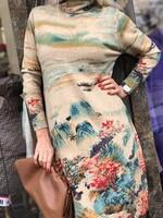 Бежова рокля с пейзажни мотиви