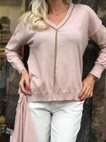 Бледо розов пуловер със синджир