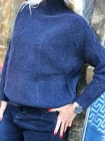 Пуловер в тъмно синьо с поло яка