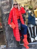 Дълга жилетка в оранжев цвят с яка от естествен косъм