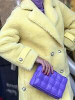 Палто от вълна в светло жълто