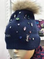 Зимна шапка с цветни камъни