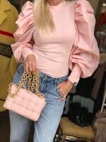 Блуза в бледо розово с ефектен ръкав
