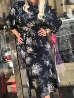 Сатенирана рокля с флорални елементи