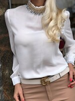 Бяла риза с ефектна декорация