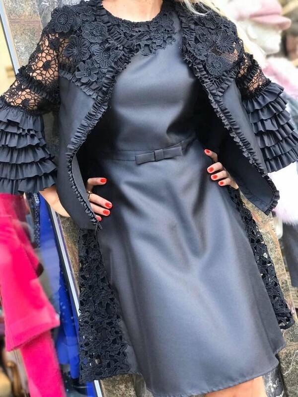 Сатенирана рокля с апликации от дантела