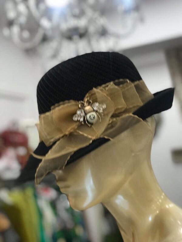 Шапка с декорация брошка