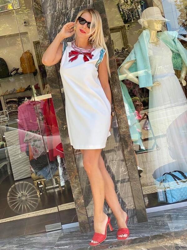 Бяло рокля с панделка