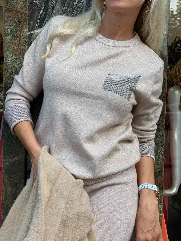 Комплект с блуза с камъни в беж