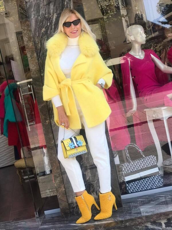 Кашмирена жилетка в жълто с яка от естествен косъм