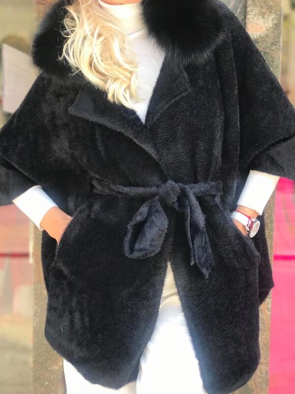 Кашмирена жилетка в черно с яка от естествен косъм