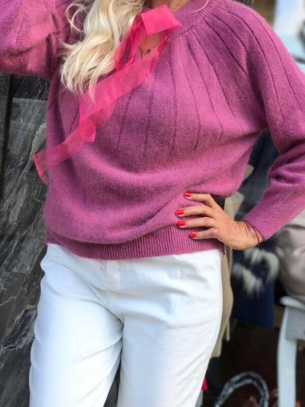 Пуловер в малинов цвят с панделка