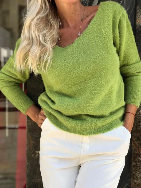 Пуловер с остро деколте в зелено