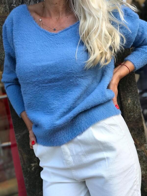 Пуловер с остро деколте в синьо