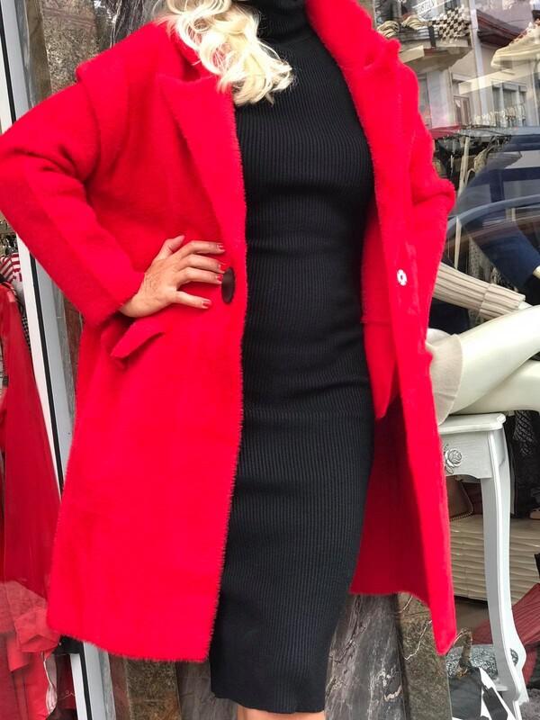 Червена жилетка с черно копче