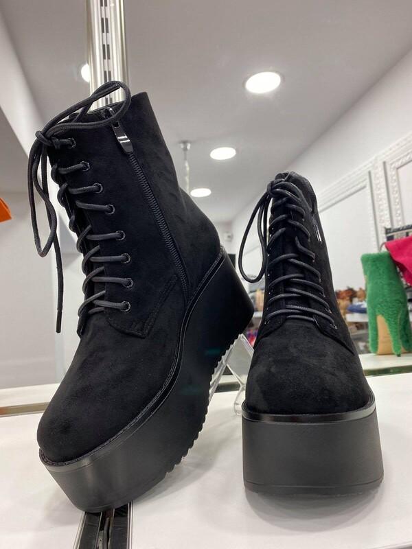 Боти на платформа в черно