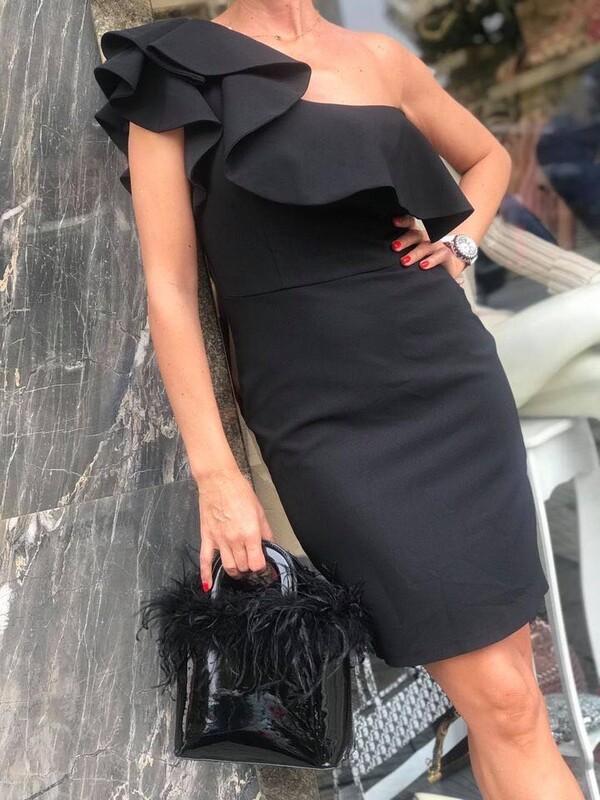 Черна рокля с едно рамо