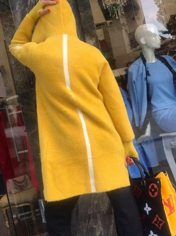 Кашмирена жилетка жълто и бяло.