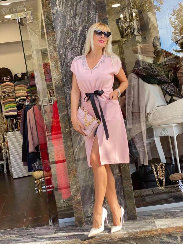 Розова рокля с панделка и камъни