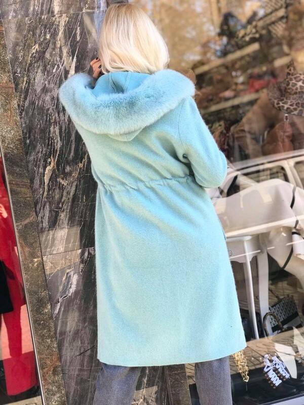 Палто в ментов цвят с качулка от естествен косъм