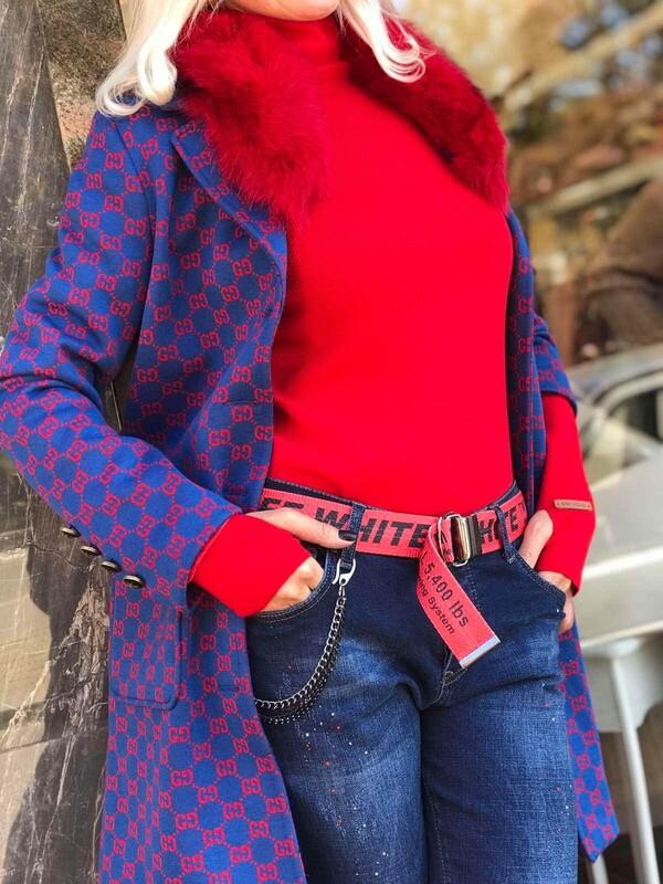 Дънки в синьо с червен колан