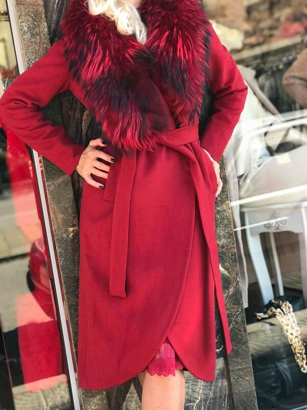 Палто в цвят бордо с богата яка