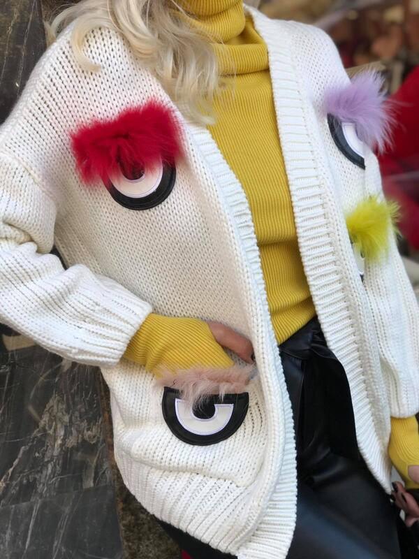 Жилетка в бяло с цветен пух