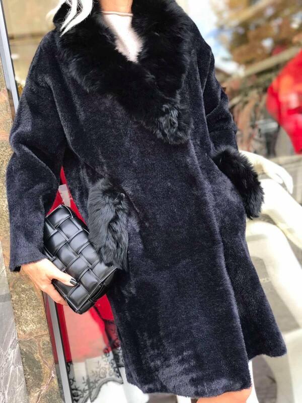 Палто в черен цвят с яка и джобове от естествен косъм