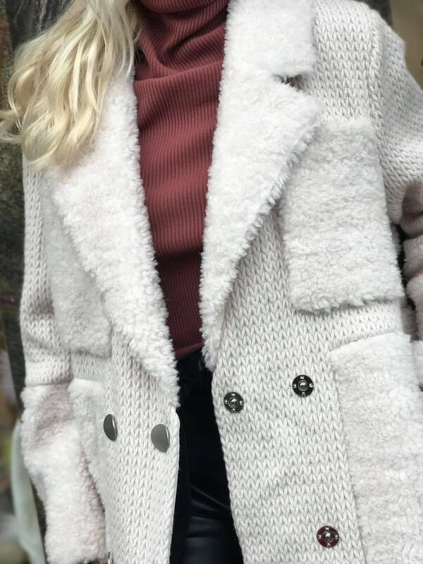 Дълго палто в бежово с агнешка вълна