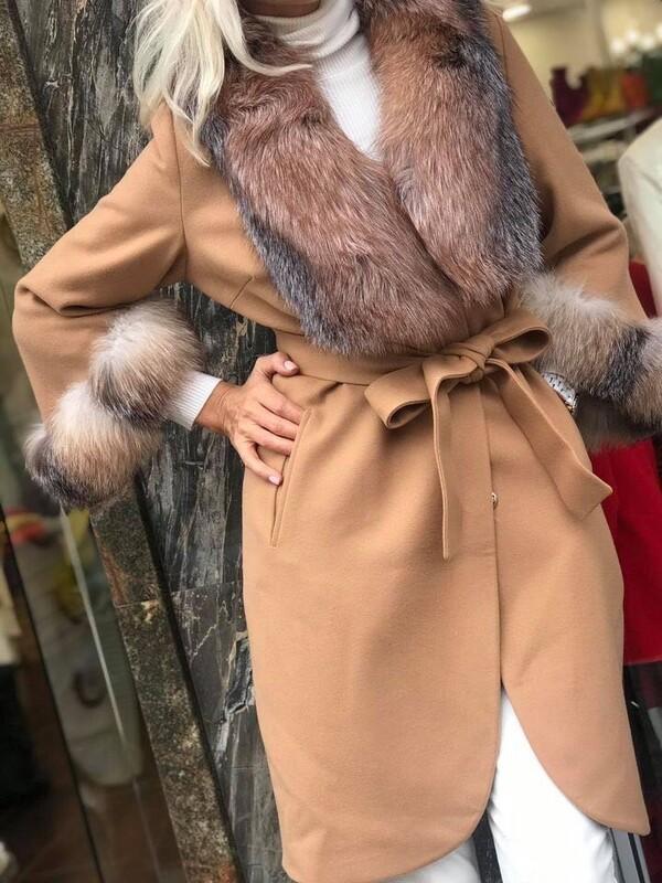 Палто в бежов цвят с яка и ръкави от естествен косъм