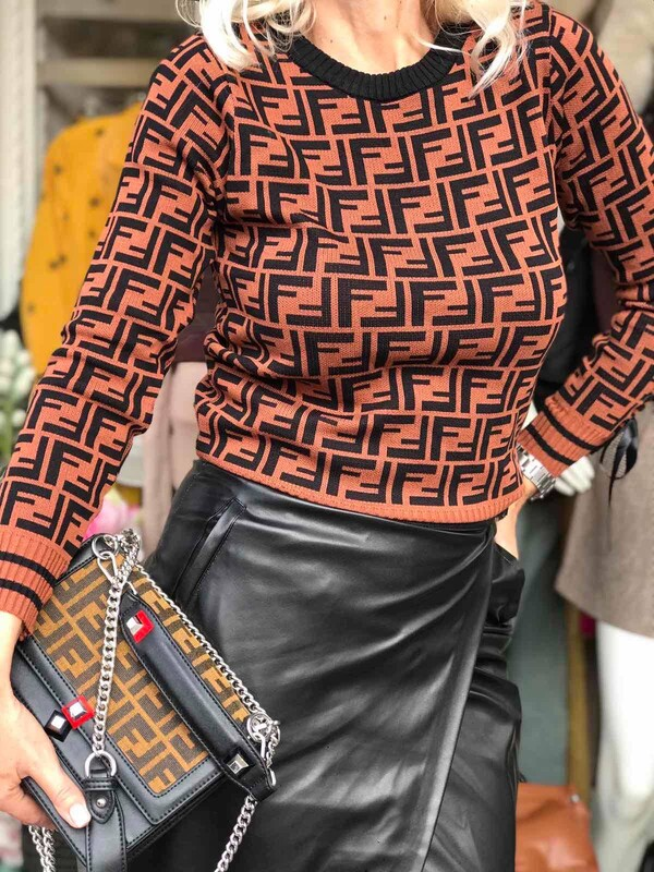 Пуловер в кафяво с панделка