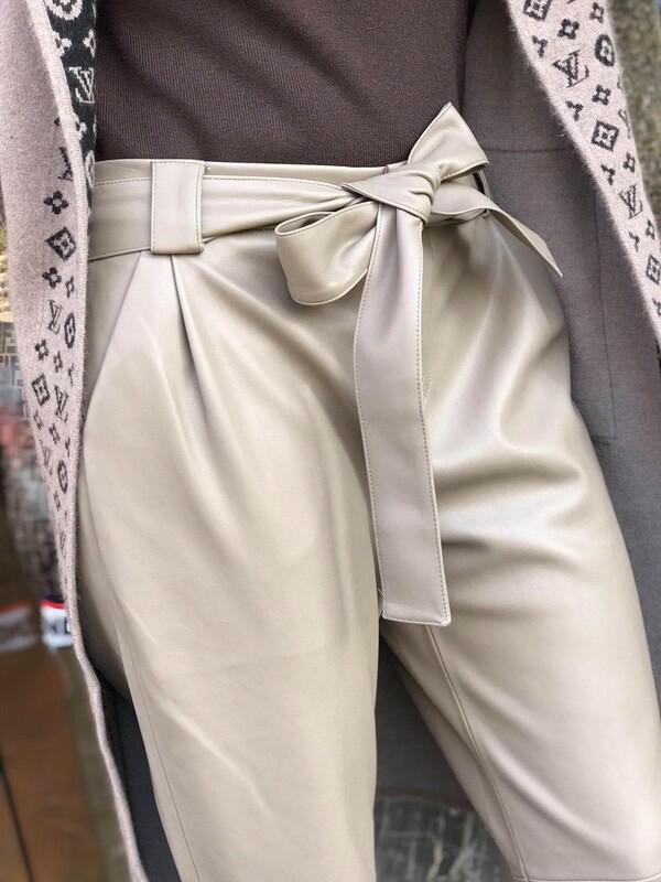 Кожен панталон в светло бежово