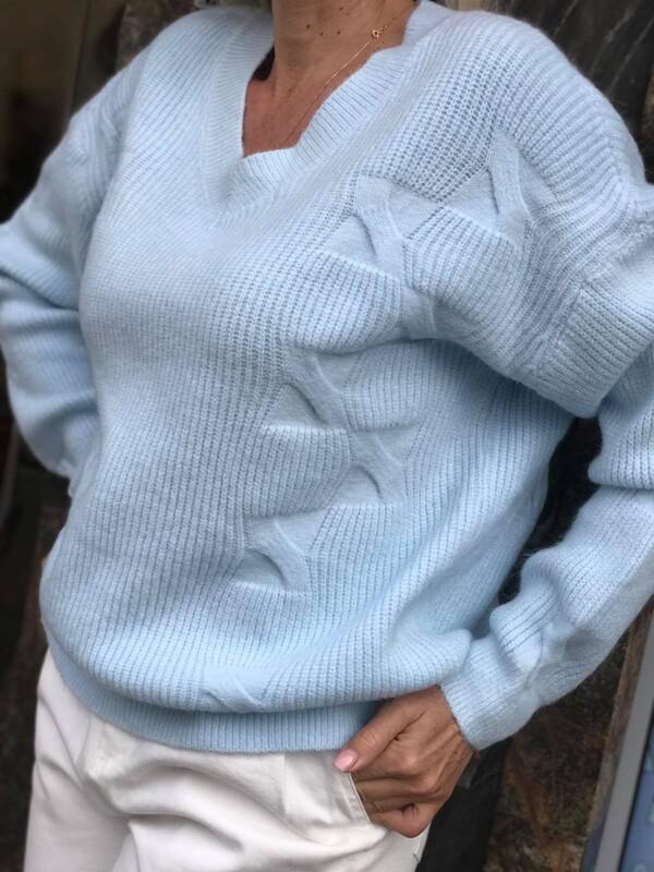 Свободен пуловер с остро деколте в синьо