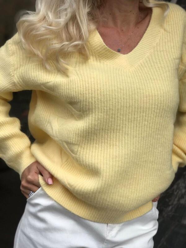 Свободен пуловер с остро деколте в жълто
