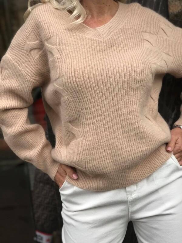 Свободен пуловер с остро деколте в бежово