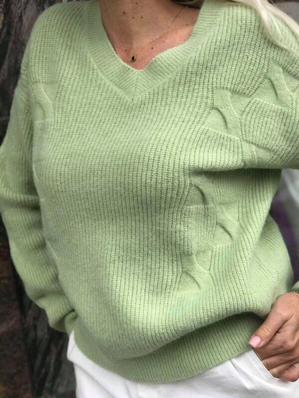 Свободен пуловер с остро деколте в зелено