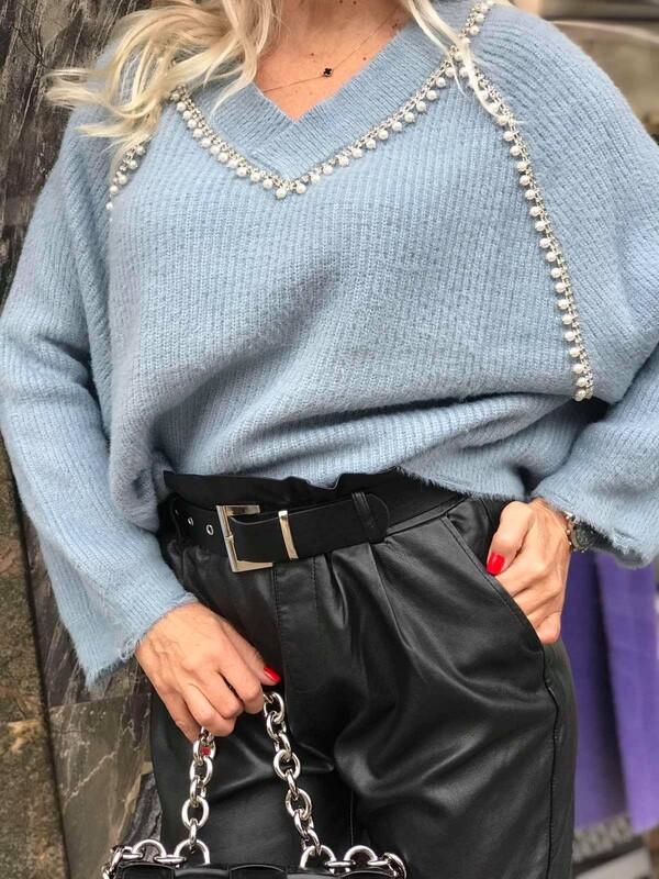 Пуловер в синьо с остро деколте и перли